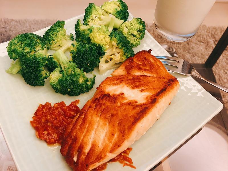 香煎鮭魚花椰菜佐辣味增醬