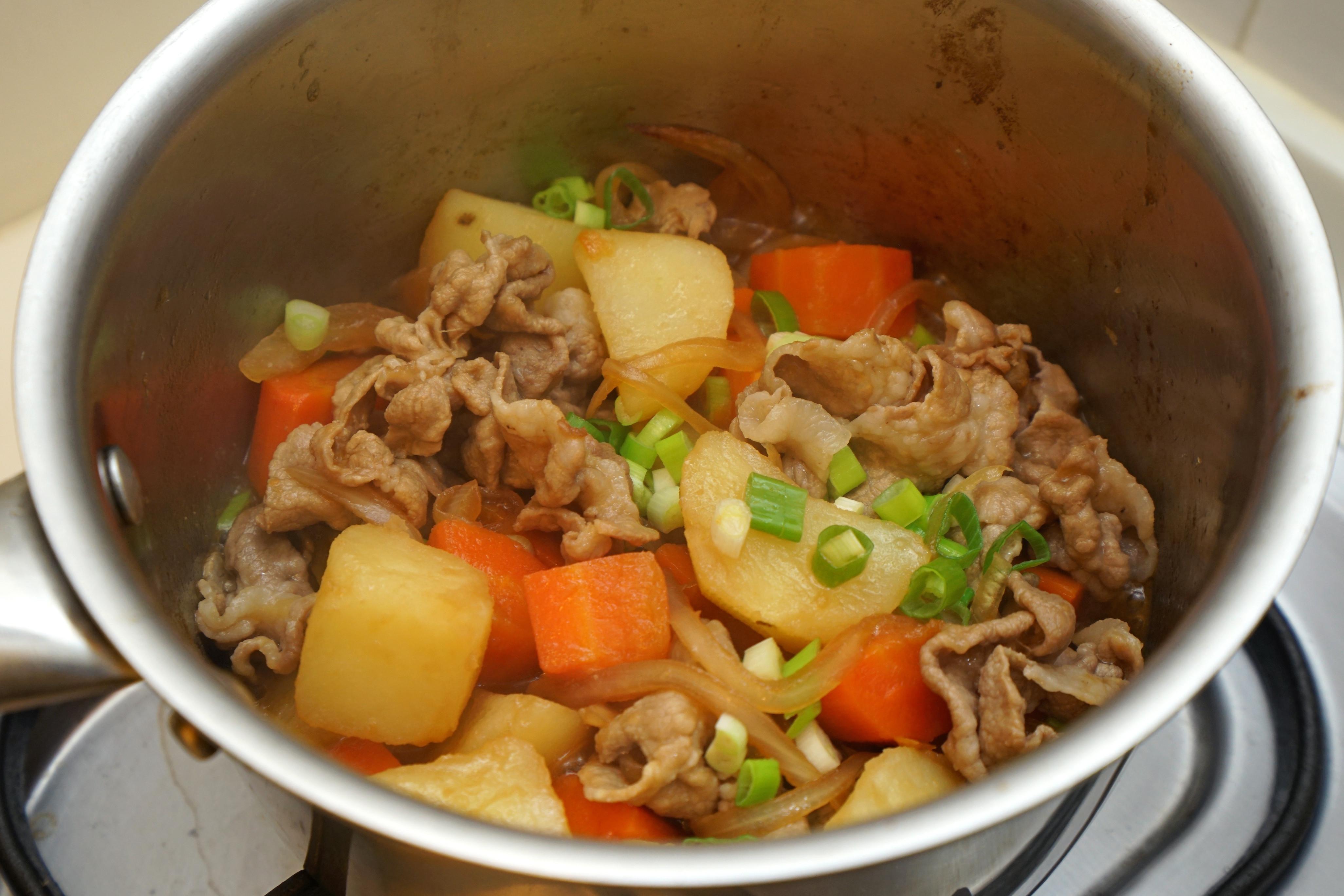 馬鈴薯燉煮豬肉片。快速做法