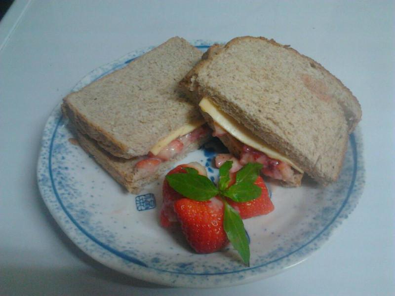 《草莓就愛鷹牌煉奶》梅味煉奶草莓起司三明治