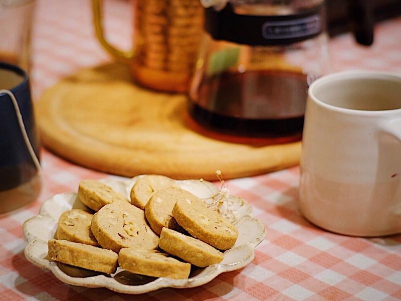 泡杯咖啡配咖啡核桃餅乾