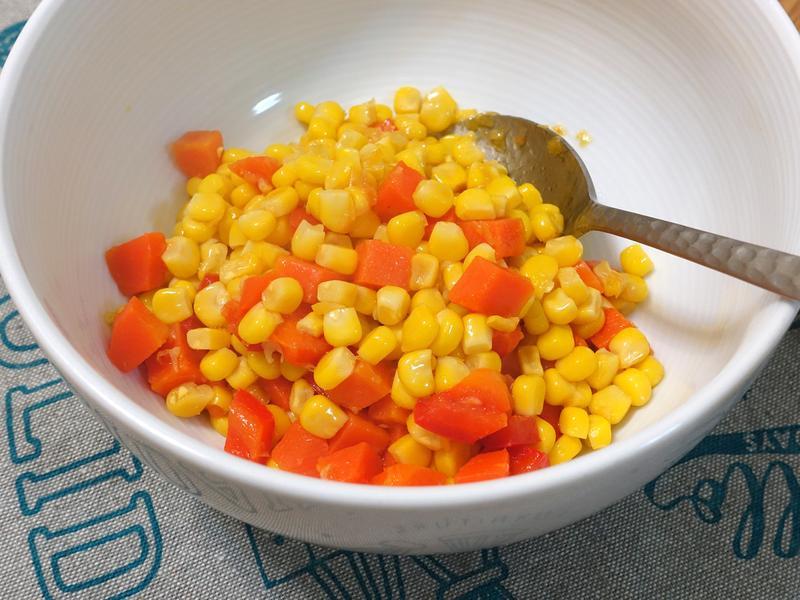 玉米炒紅蘿蔔。美味便當菜