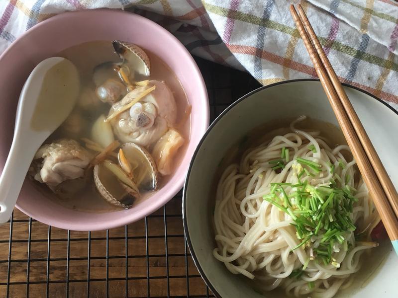 麻油蛤蜊雞湯+香辣拌麵
