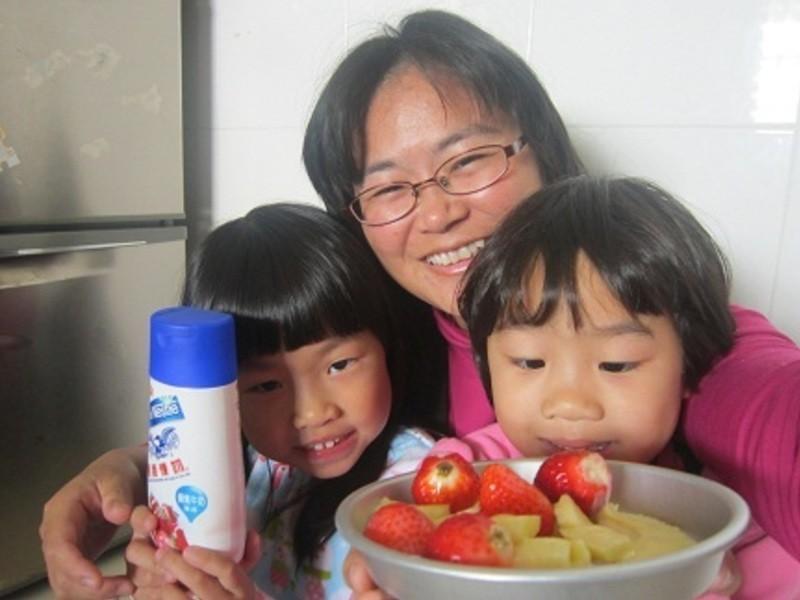 《草莓就愛鷹牌煉奶》微酸+香濃煉乳的水果沙拉
