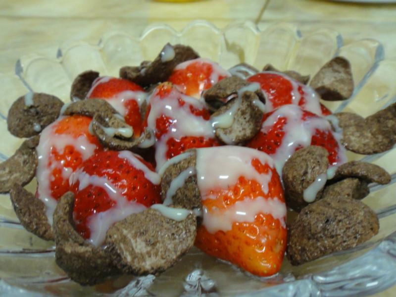 《草莓就愛鷹牌煉奶》~鷹牌煉奶之草莓巧克力脆片