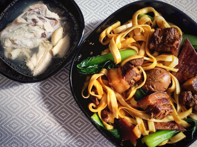 [留學生·思鄉]滷肉拌麵+蒜頭雞骨湯