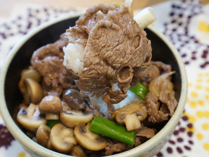 奶油洋菇炒牛肉。簡易料理