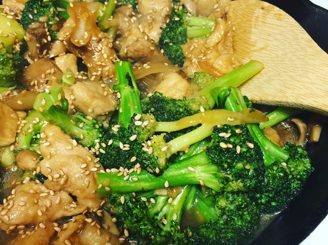 美式中餐《蘑菇雞肉炒花椰》