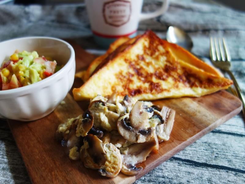 蘑菇蛋法式吐司佐酪梨沙拉