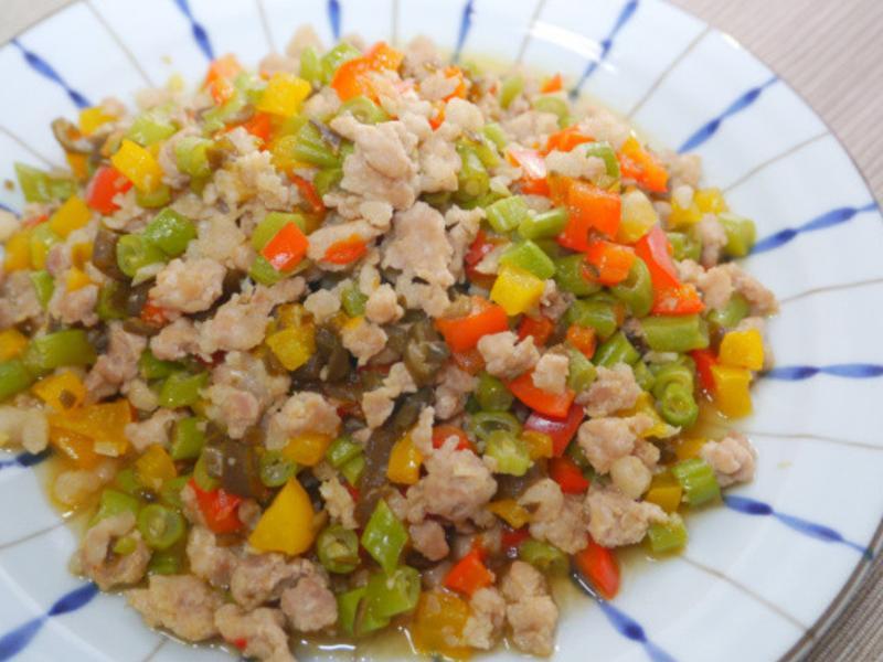 剝皮辣椒炒鮮蔬肉末