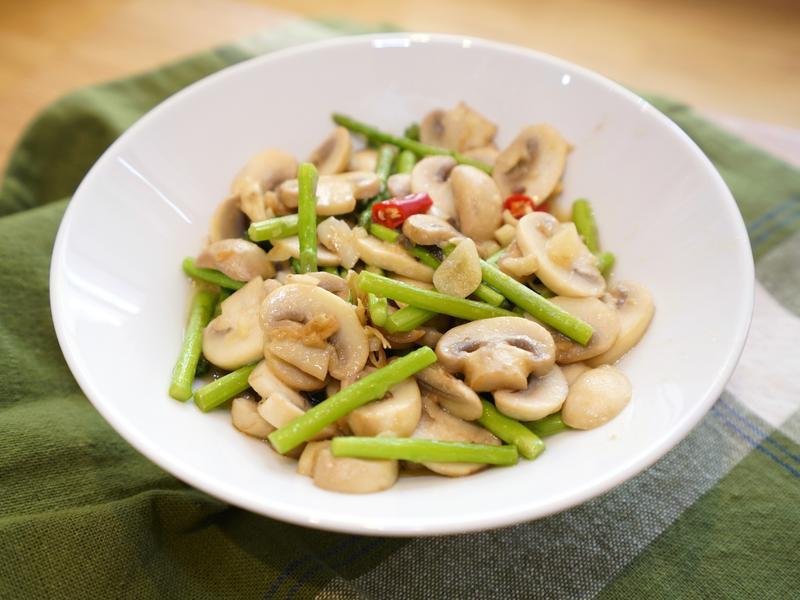 蘑菇炒蘆筍。簡易美味食譜
