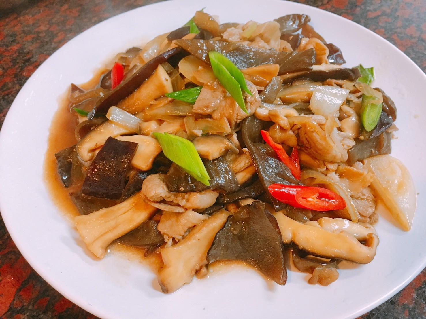 餐桌上的人妻料理*蠔油燴香菇木耳五花肉
