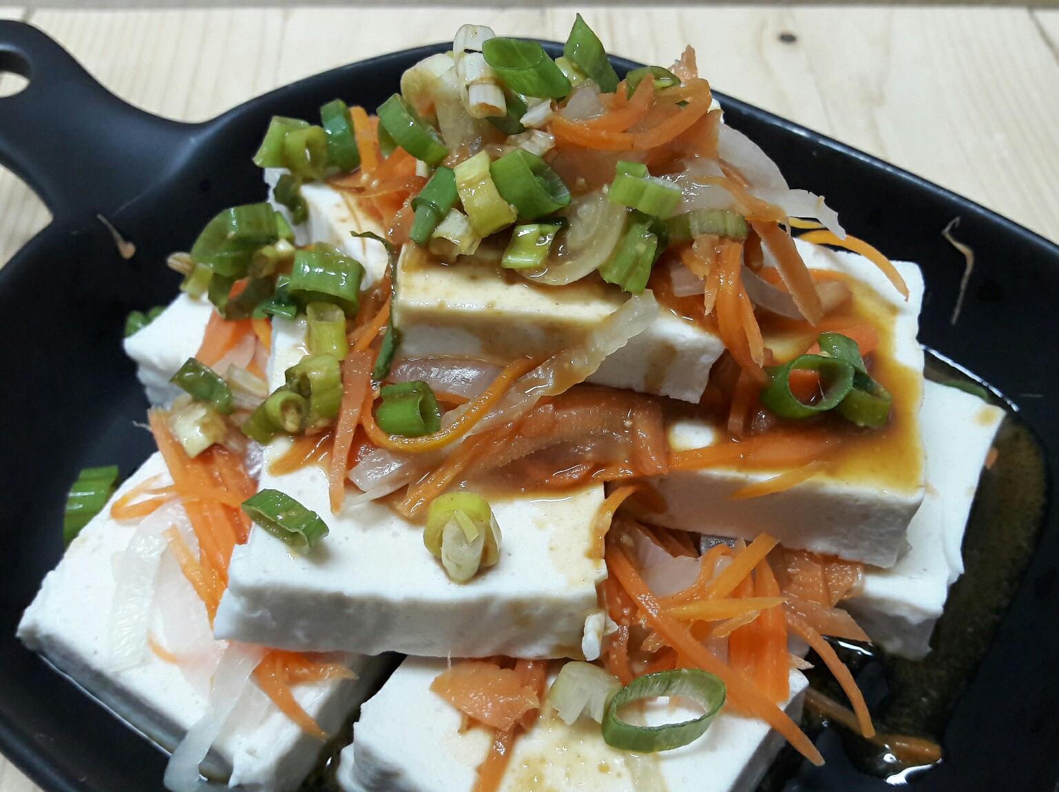 洋蔥紅蘿蔔絲涼拌百頁豆腐