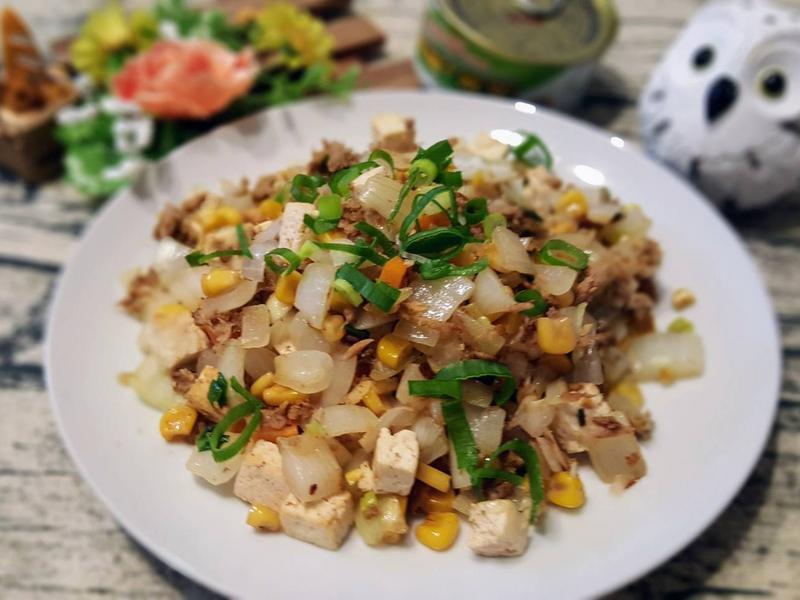 鮪魚罐頭炒洋蔥豆腐丁