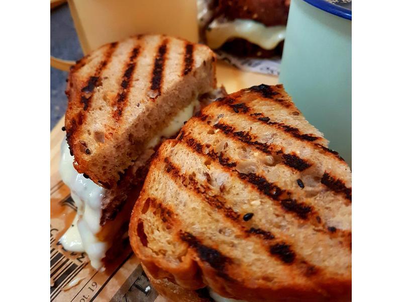 菠蘿牛肉起士雜糧麵包三明治