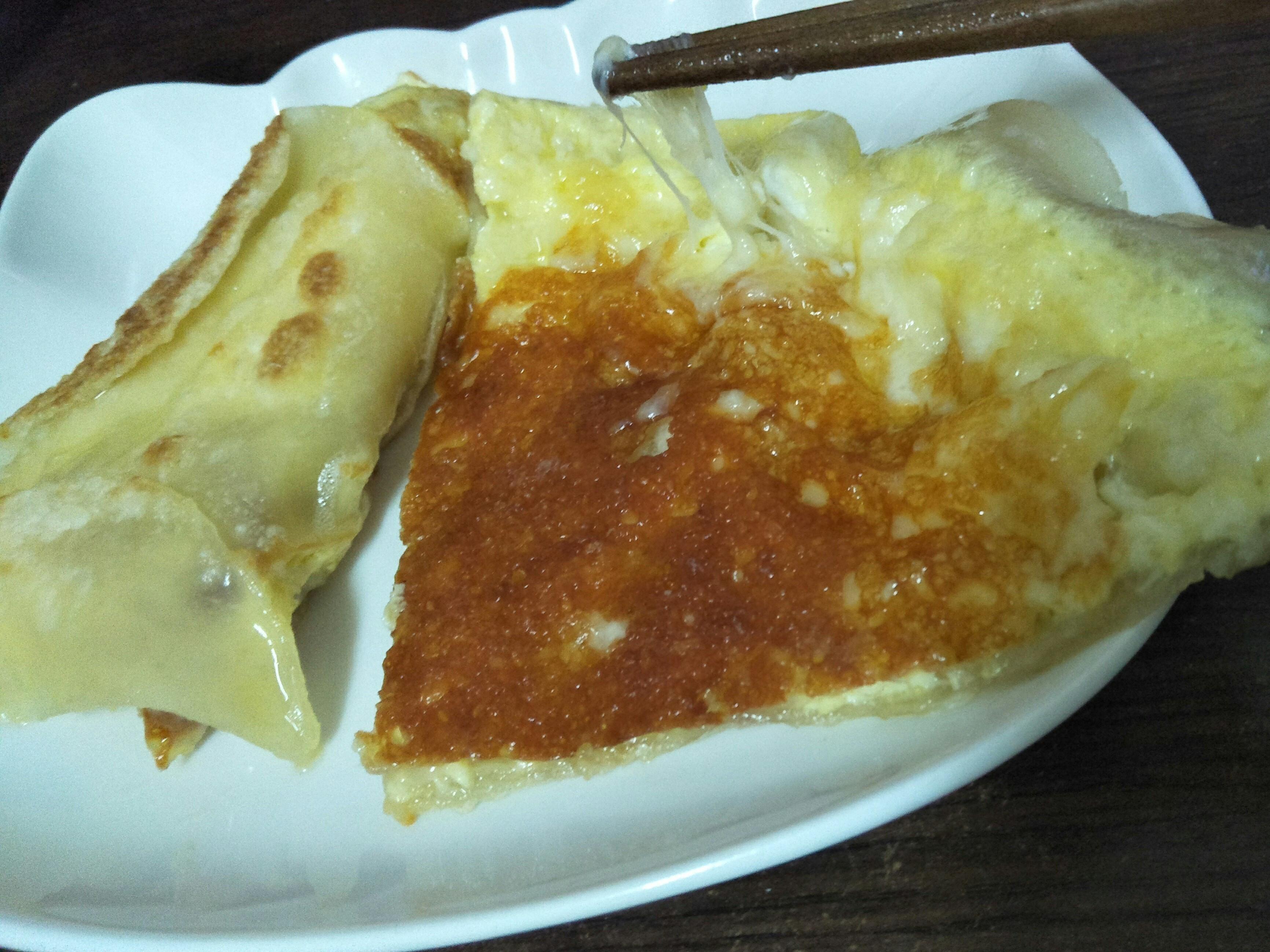 牽絲起司蛋餅,剩水餃皮做。