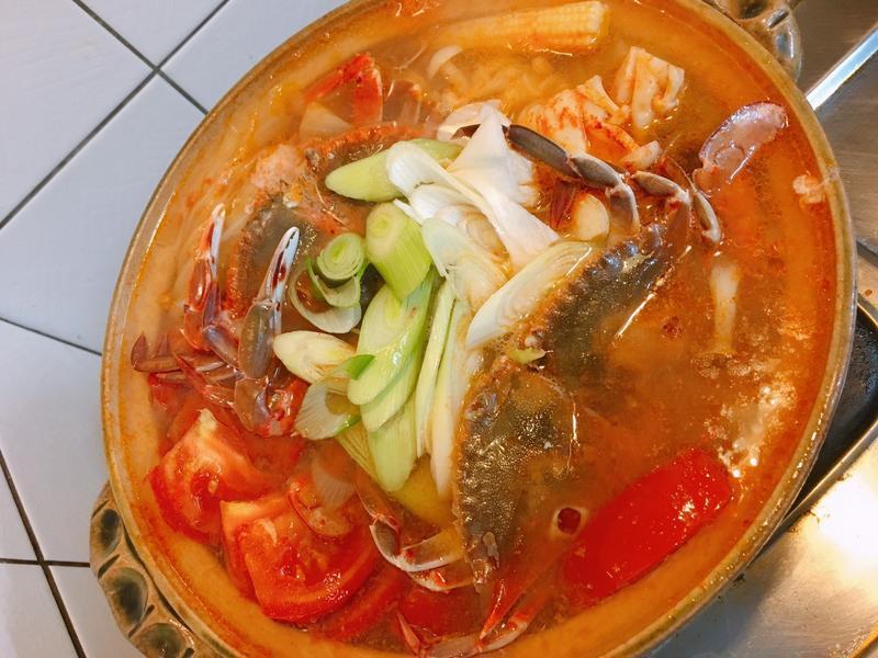 餐桌上的人妻料理*泡菜螃蟹湯鍋。