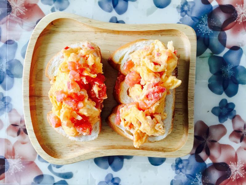 蕃茄丁散蛋佐海鹽羅宋麵包
