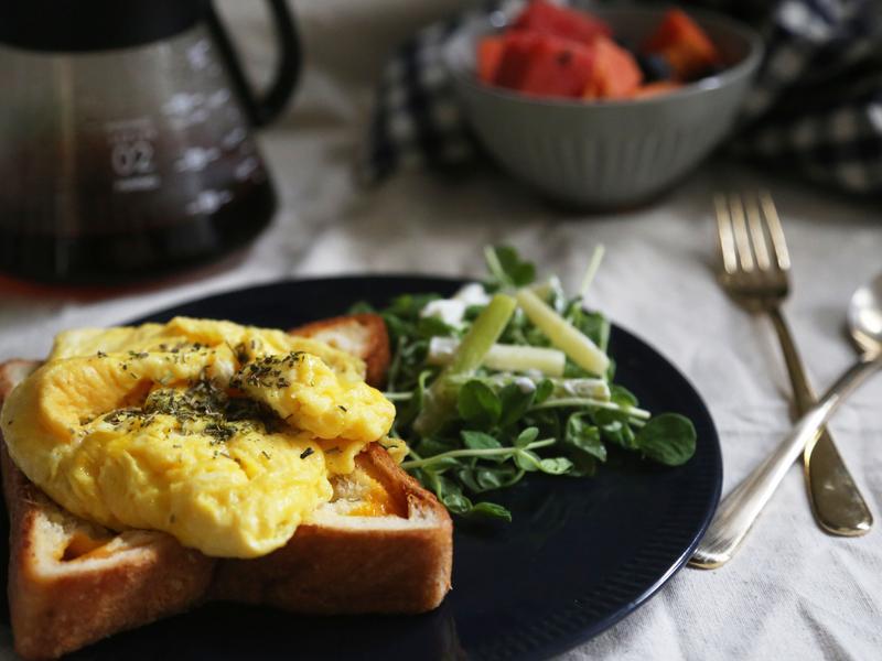 早餐也要吃飽飽~牛奶炒蛋吐司