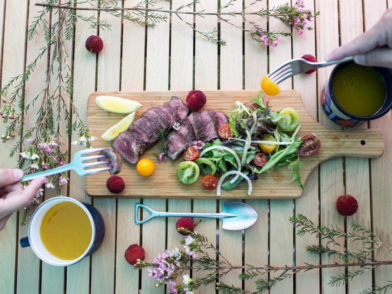 鑄鐵鍋超簡單露營料理-煎烤牛肉溫沙拉