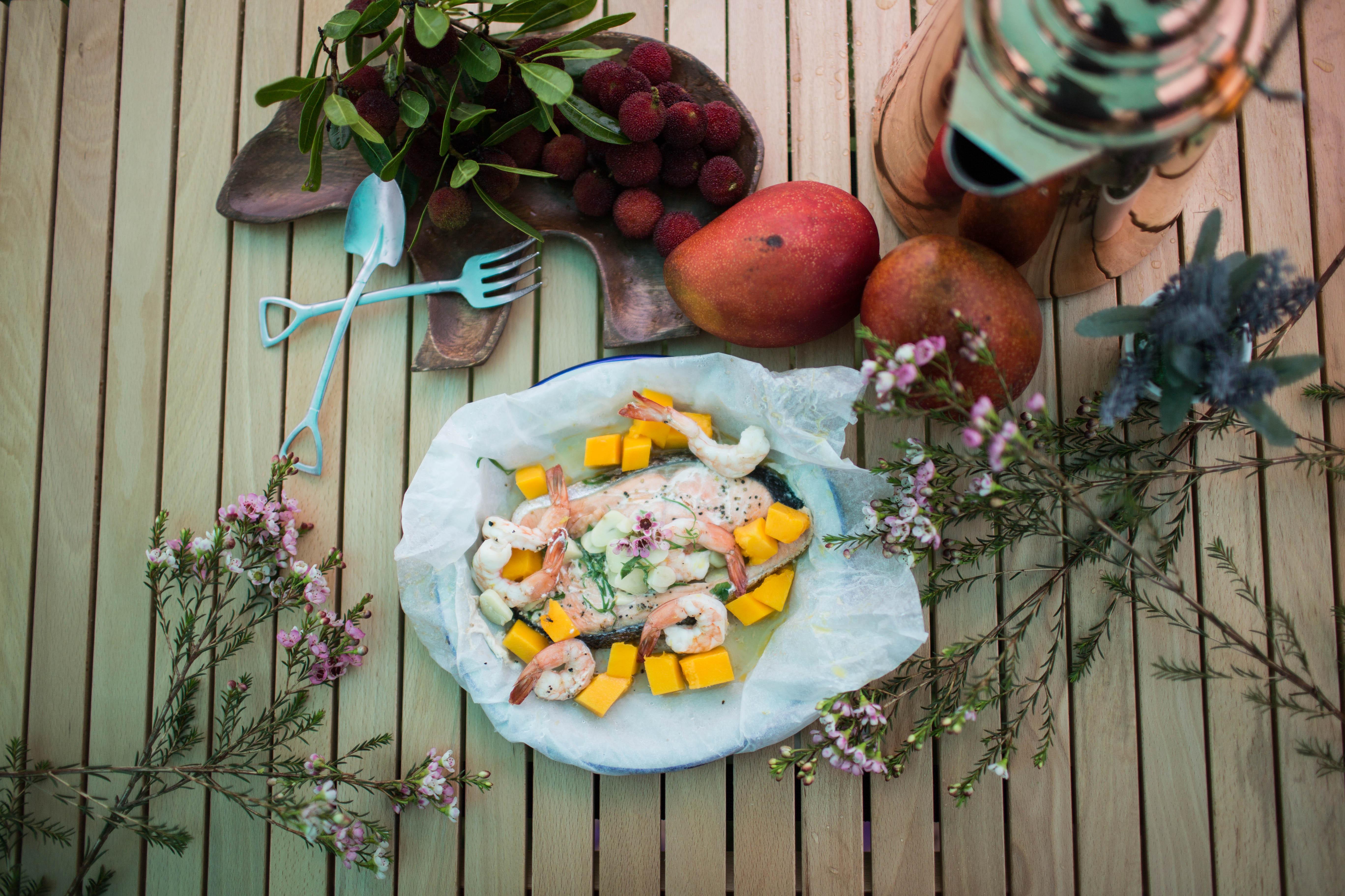 鑄鐵鍋超簡單露營料理-蒸奶油鮮蝦鮭魚
