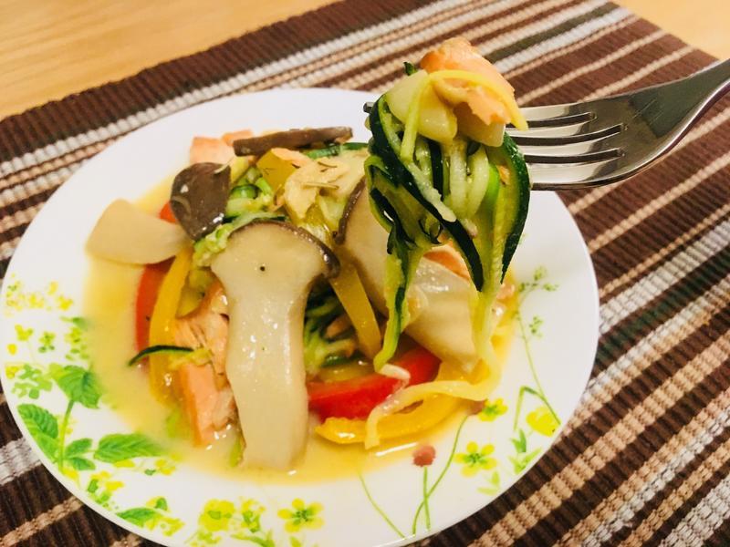 [生酮低醣餐]奶油鮭魚櫛瓜絲麵