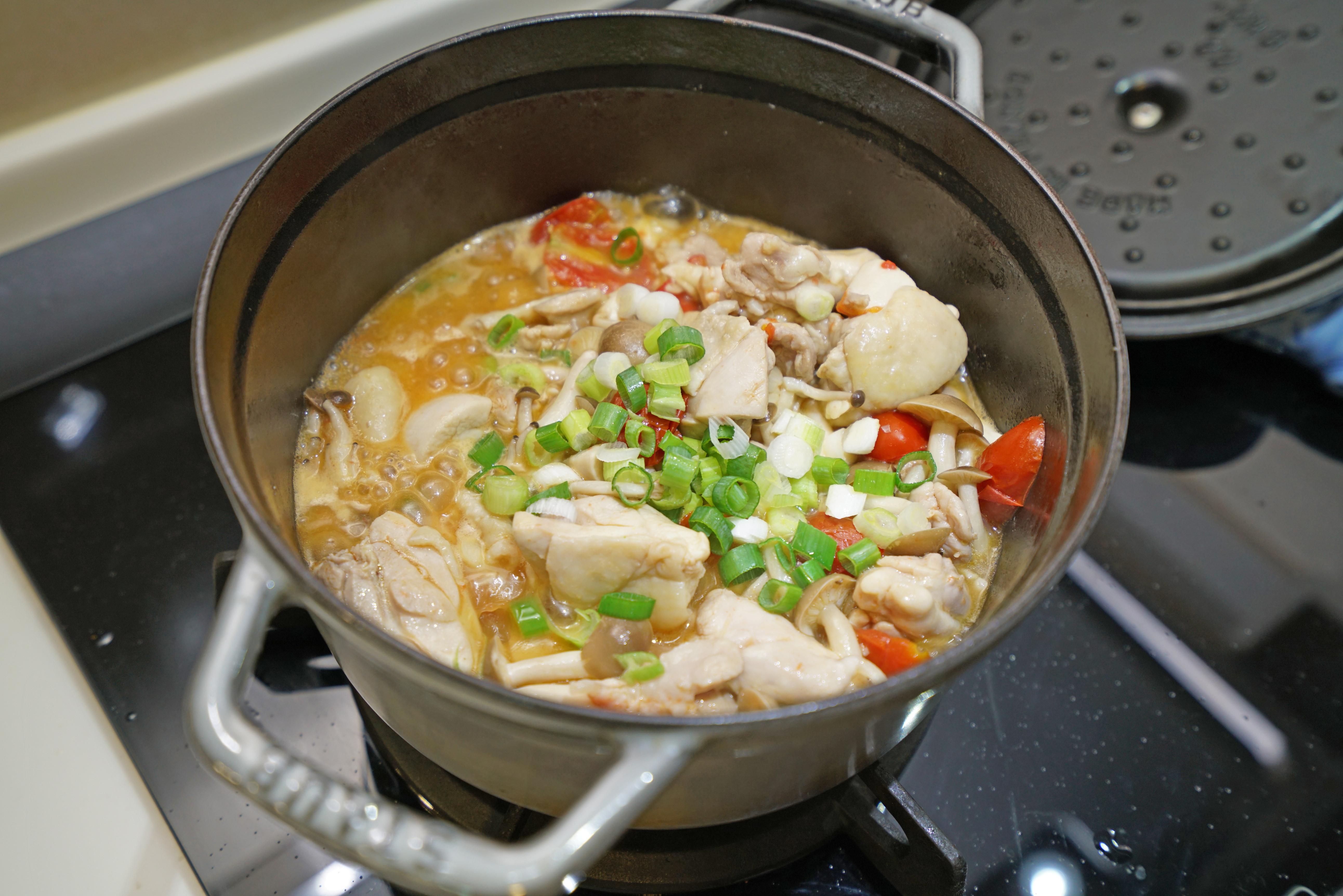 番茄蕈菇燒雞腿。簡易當季小番茄料理
