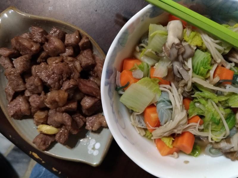 醬炒骰子牛 娃娃紅蘿蔔舞菇蒟蒻煮