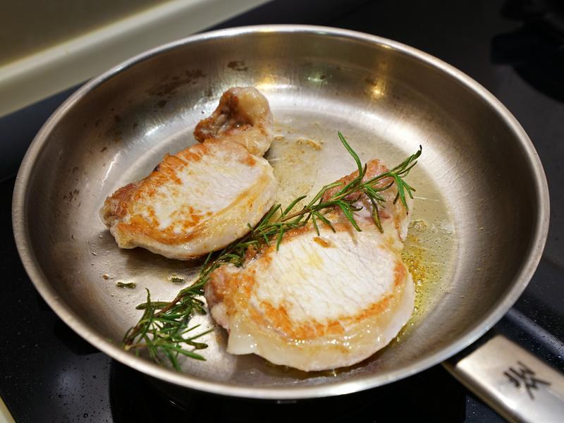 迷迭香煎豬排。清新的香草料理