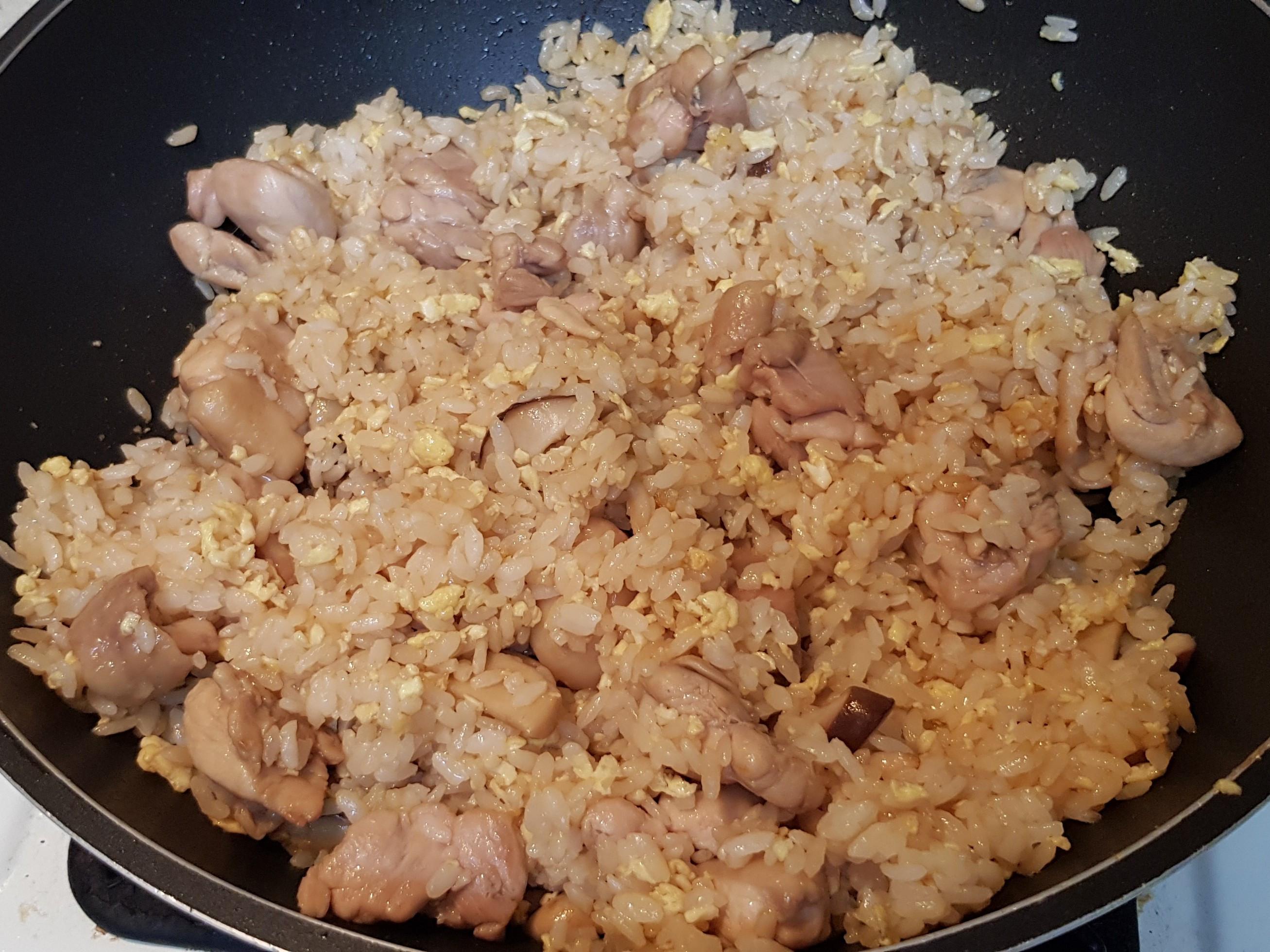 鮮菇麻油雞蛋炒飯