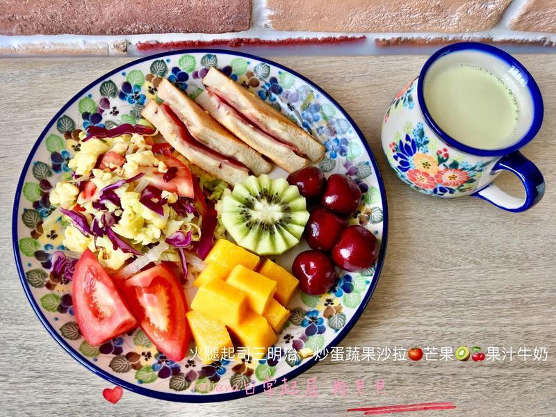 火腿起司🥪炒蛋蔬果沙拉🍅芒果🥝🍒