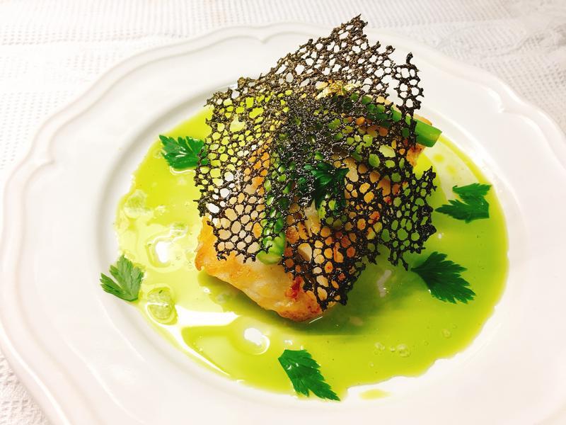 圓鱈蘆筍佐青汁墨魚蕾絲瓦片