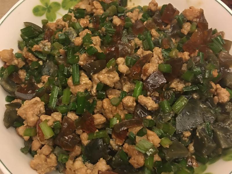 韭菜花絞肉炒皮蛋
