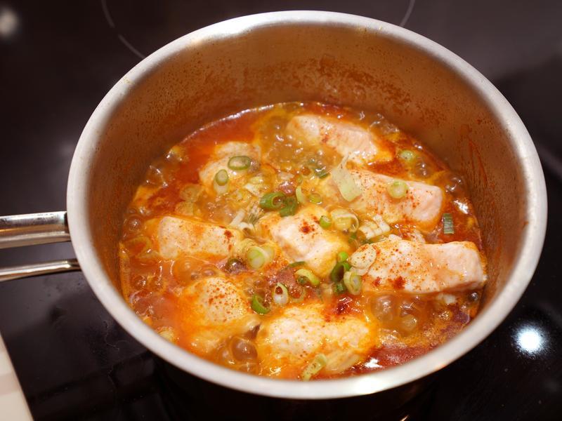 茄汁煮鮭魚。用新鮮番茄熬煮!