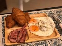 早餐(可頌.培根.蛋)