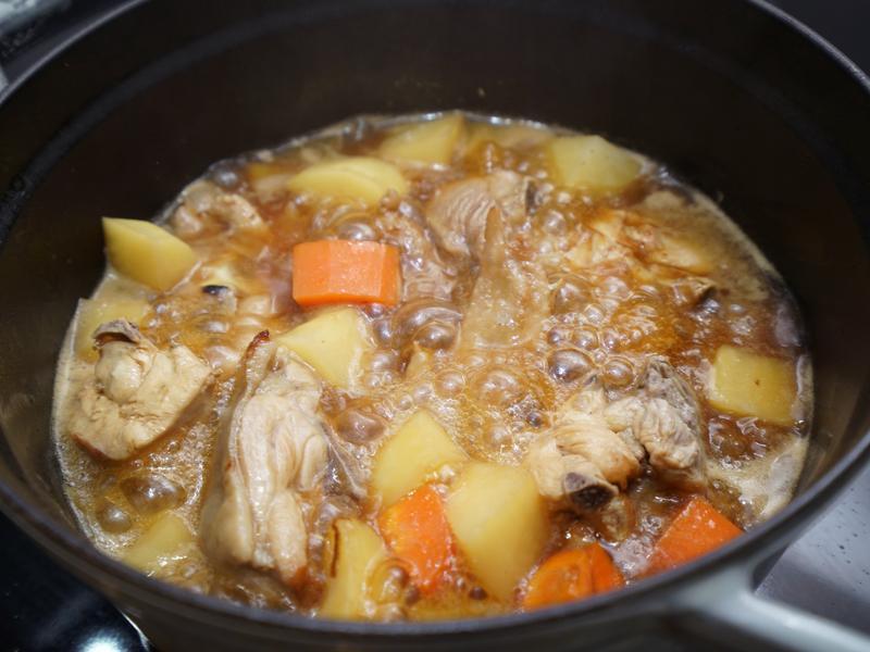 馬鈴薯燉雞肉。簡易便當菜