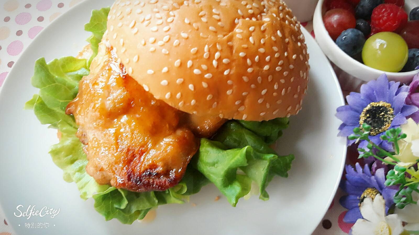 健康早餐 ~ 檸香是拉差醬雞排漢堡