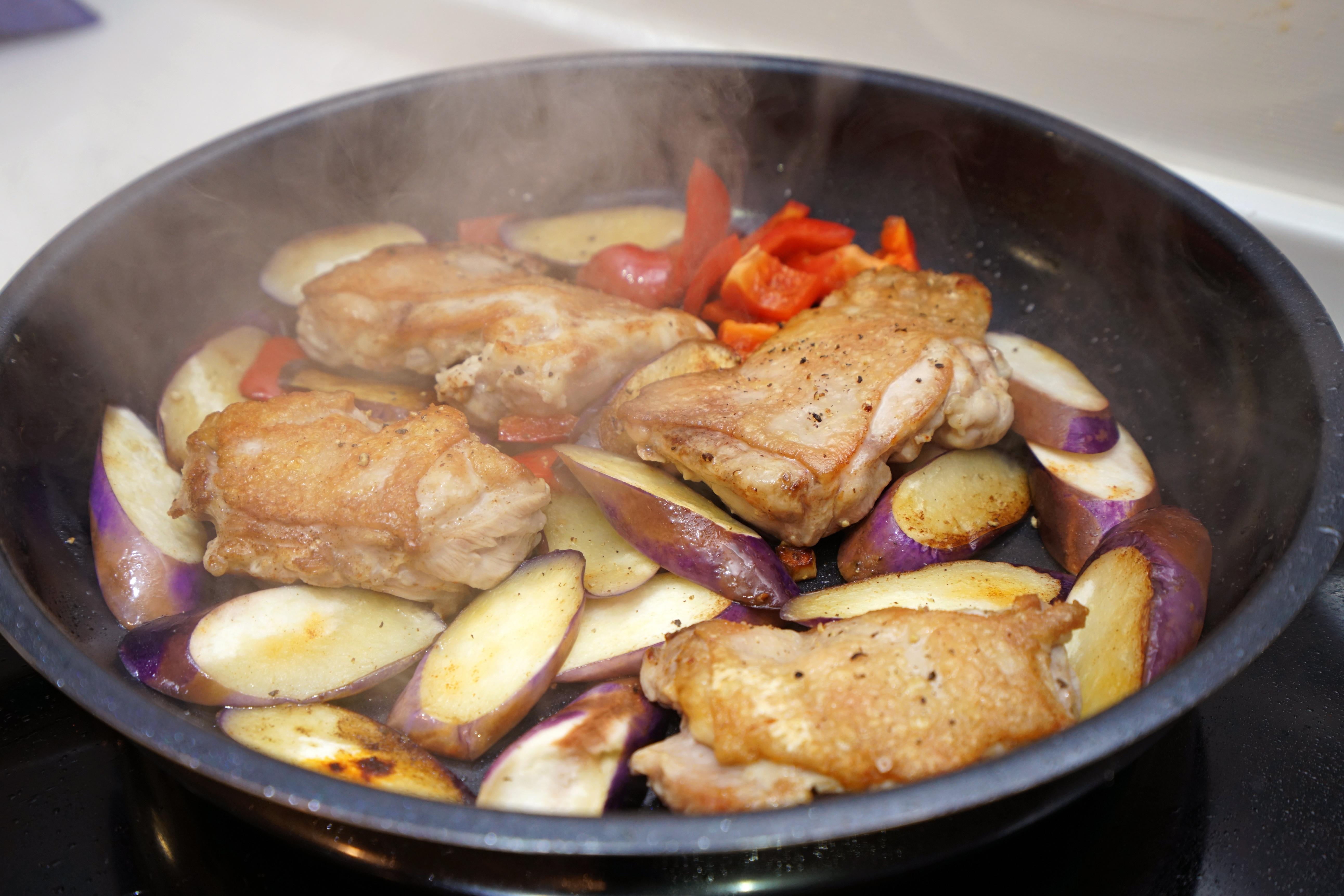 香煎雞肉茄子甜椒。快速晚餐、簡易便當菜!