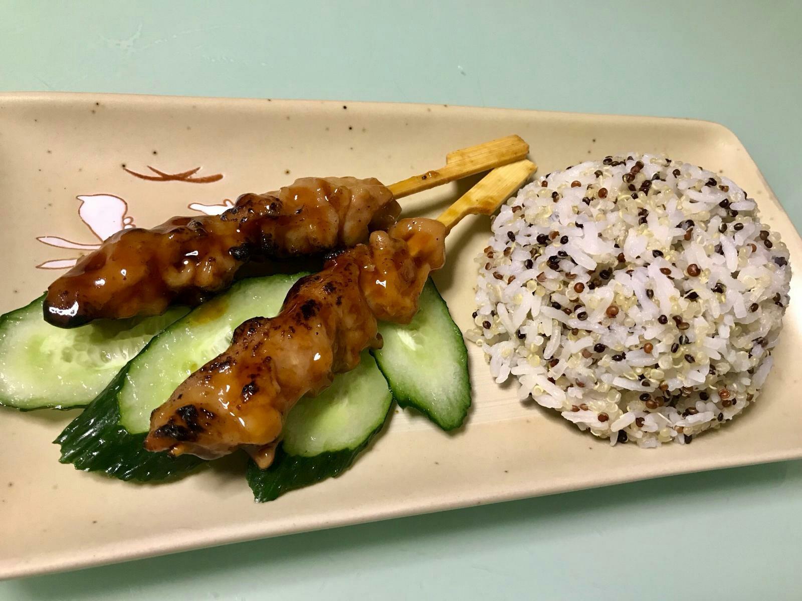 雞肉串配三色藜麥飯