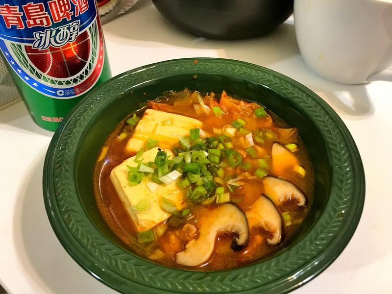電子鍋。韓式泡菜豆腐鍋。松本茸