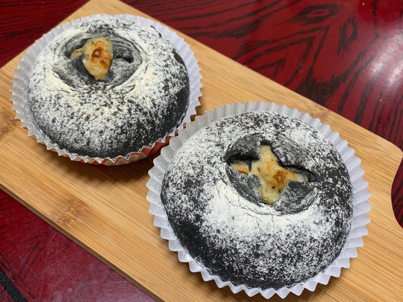 【萬聖節】竹炭鮪魚起司麵包