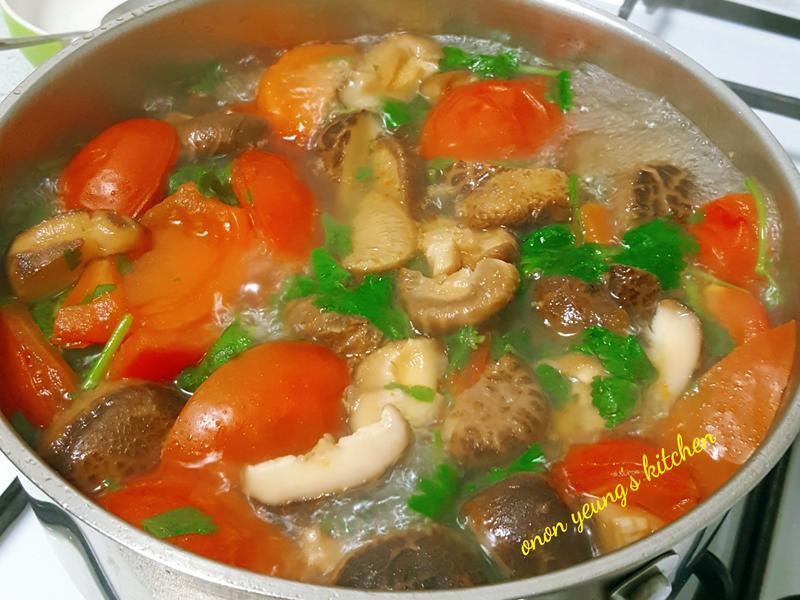 冬天清爽不膩の蕃茄香菜火鍋湯底