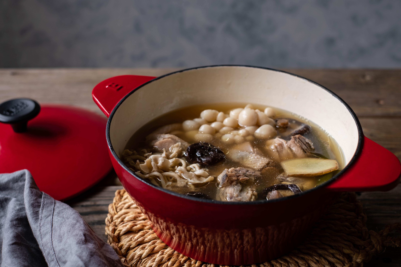 剝皮辣椒百菇雞湯 入冬補身湯品