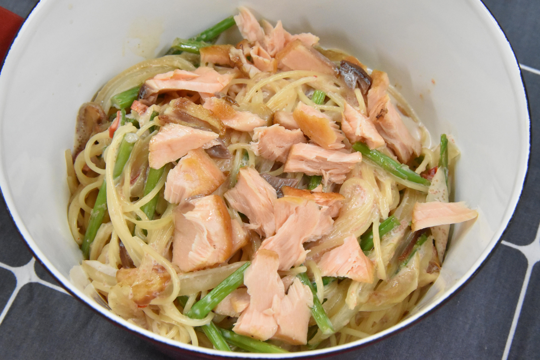 自己也能做!明太子義大利麵+乾煎鮭魚~