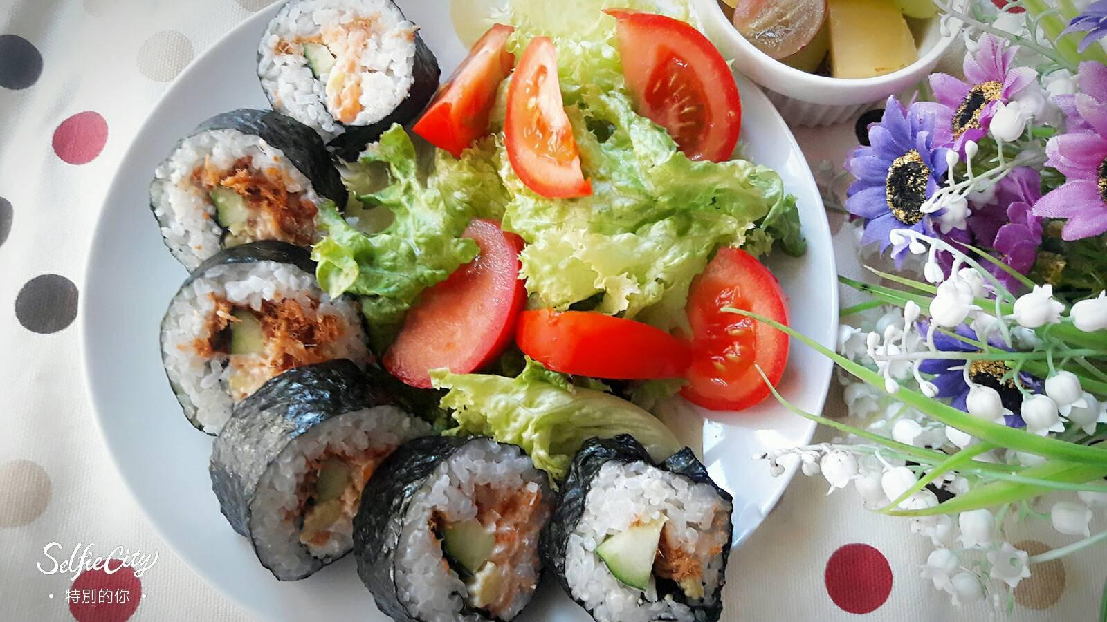 健康早午餐 ~ 芥末鮭魚小黃瓜肉鬆海苔卷