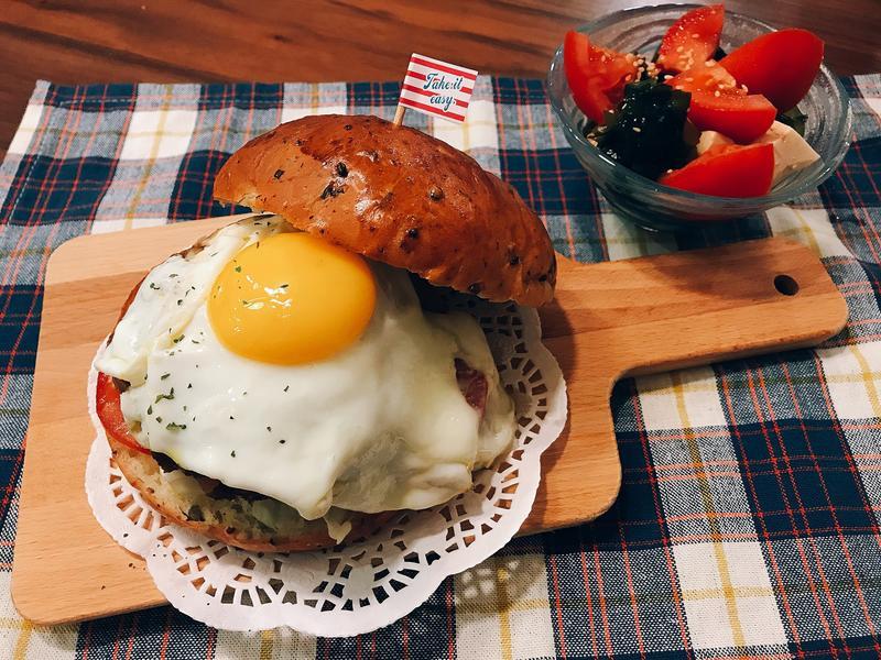 黑豆鮮奶漢堡麵包(洋蔥起司肉排堡)