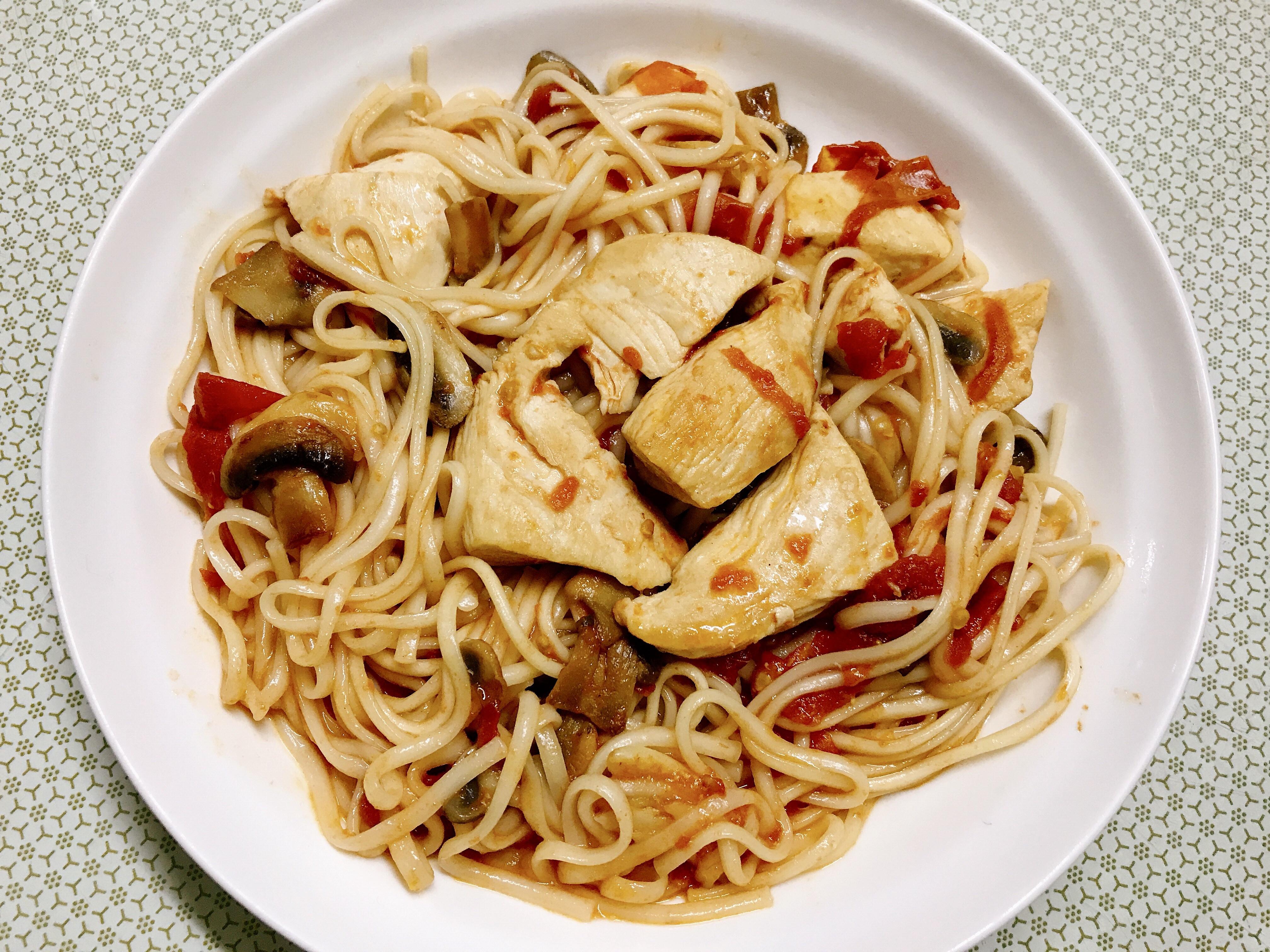蒜香蕃茄洋菇雞肉炒麵