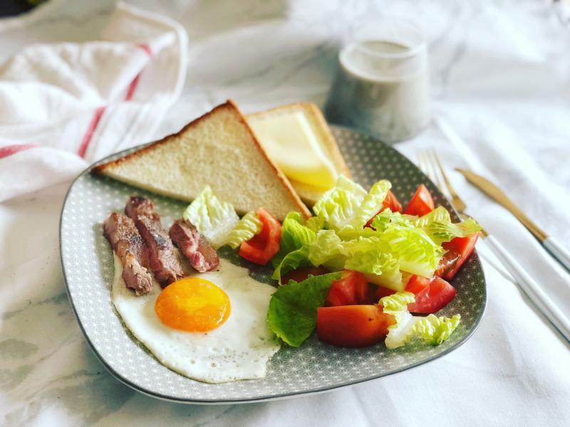 嫩肩牛佐鮮蔬沙拉早午餐