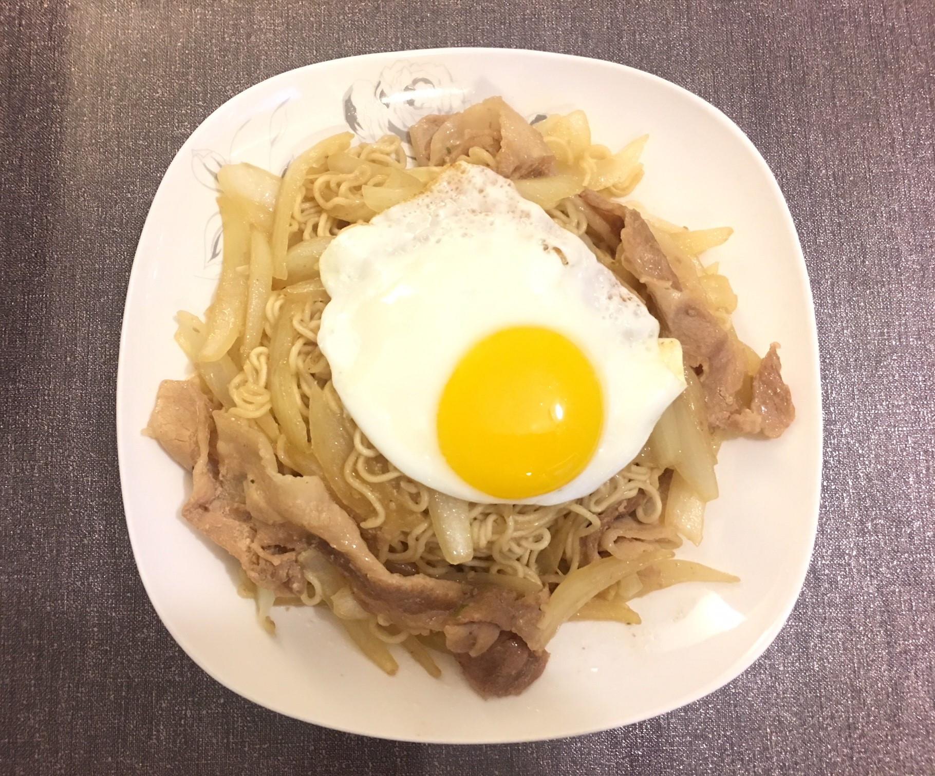 肥肥貓日式流心蛋豚肉炒麵