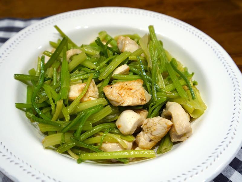 芹菜炒雞丁。簡易便當菜