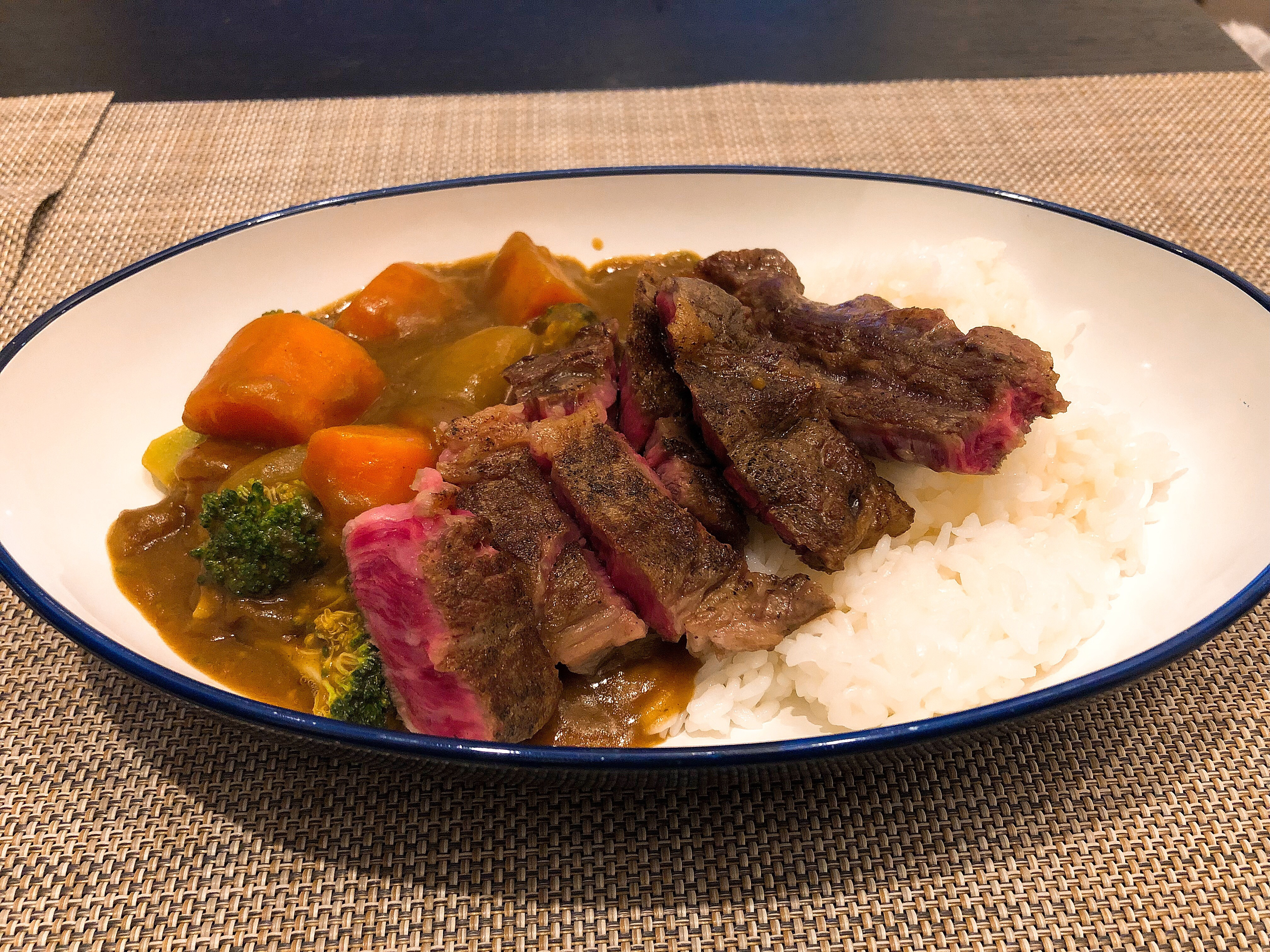 <今天在家吃>超簡單牛排咖哩飯